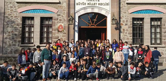 25 Mayıs Ortaokulu Öğrencilerinden Anıtkabire Ziyaret