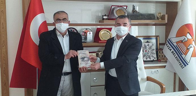 Garson Şair Başkan Özdemir'e Kitabı Hediye Etti