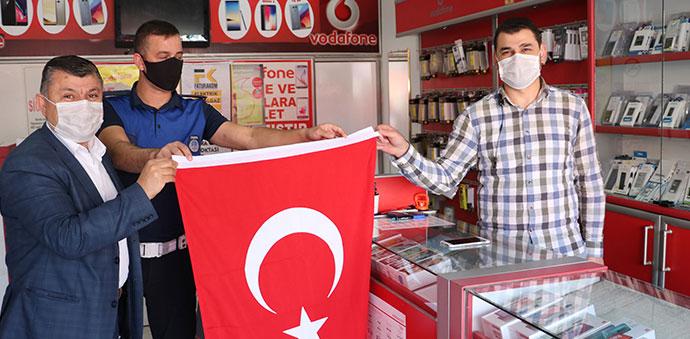 Havza Belediyesi Esnafa Bayrak Dağıttı