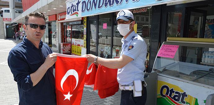 Havza Vefa Sosyal Destek Grubundan Esnafa Türk Bayrağı Dağıtıldı