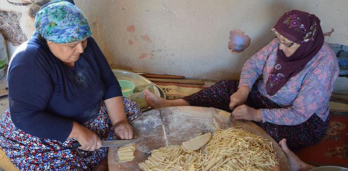 Havza'da Kadınlar Erişte Ve Çorbalık Kesiyor