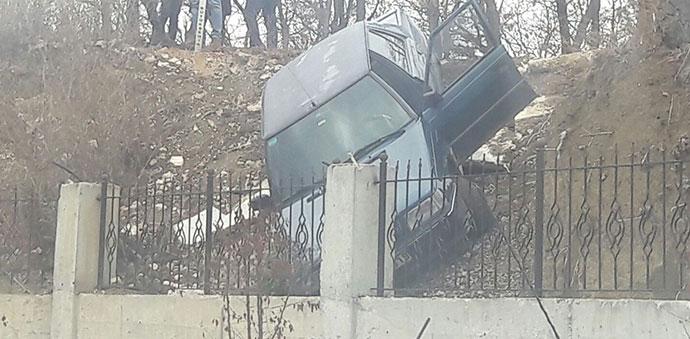 Virajı Alamayan Araç Şarampole Düştü Çarptı