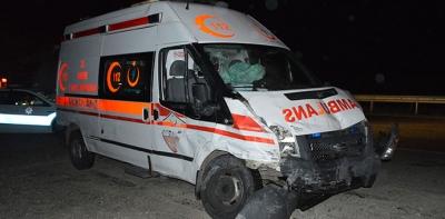 Ambulans İle Hafif Ticari Araç Çarpıştı 3 Yaralı