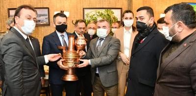 Başkan Özdemir Bakan Pakdemirli'ye Semaver Hediye Etti