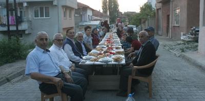 Komşular İftar Yemeğinde Bir Araya Geldi