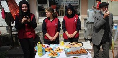 Lise Öğrencileri Pazarda Tezgah Açtı
