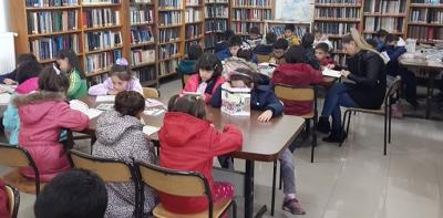 Merkez İlkokulundan Kütüphanede Kitap Okuyoruz