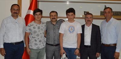 Türkiye Birincisine Saat Hediye Etti