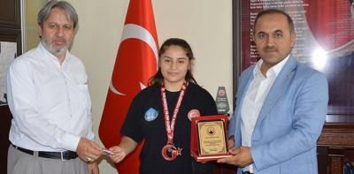 Türkiye Üçüncüsü Olan Havzalı Bayan Halterciye Ödül